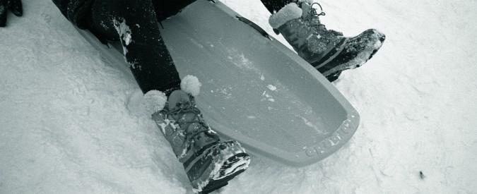 Bolzano, slittino contro un albero: muore bambina di otto anni, grave la madre. Avevano sbagliato pista