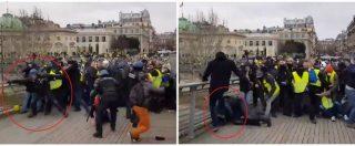Gilet gialli, scontri con la polizia a Parigi: agente preso a calci dai manifestanti. Il video