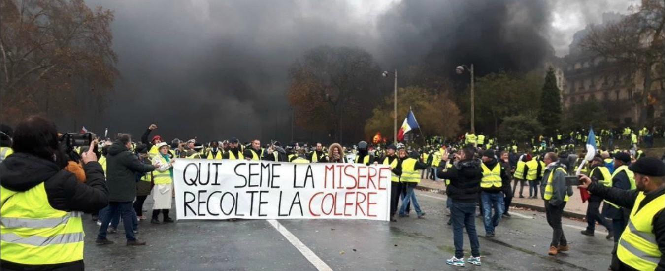 Gilet gialli, a Parigi 4mila persone per l'8° sabato di proteste: manifestanti sfondano con una ruspa la porta di un ministero