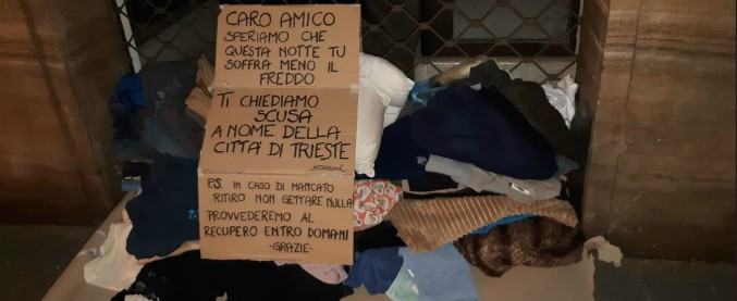 """Trieste, vicesindaco leghista butta le coperte a un clochard: cittadini gliele riportano. """"La città ti chiede scusa"""""""