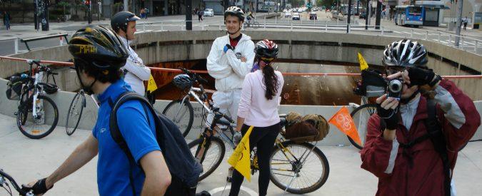 Il casco in bicicletta non va reso obbligatorio, indossarlo non salverà più vite. Mettiamocelo in testa