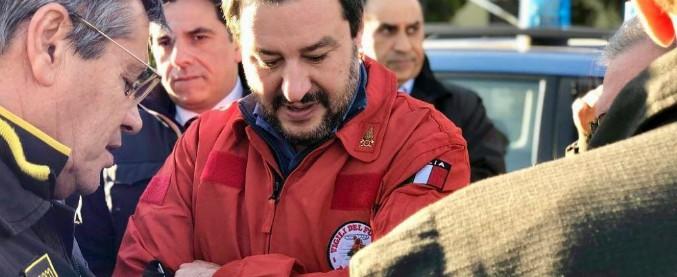 """Matteo Salvini, i Vigili del Fuoco denunciano il ministro per 'porto abusivo di divisa'. Lui: """"Continuerò a farlo"""""""