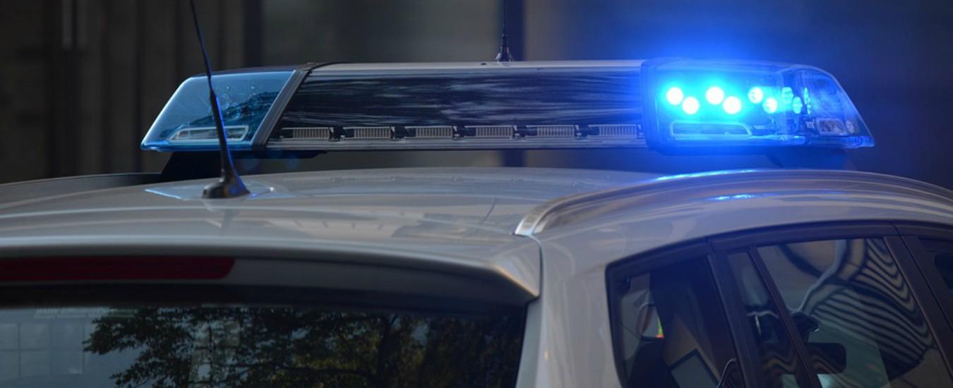 Roma, ruba una macchina e fugge dalla polizia: 33enne cade, sbatte la testa e muore