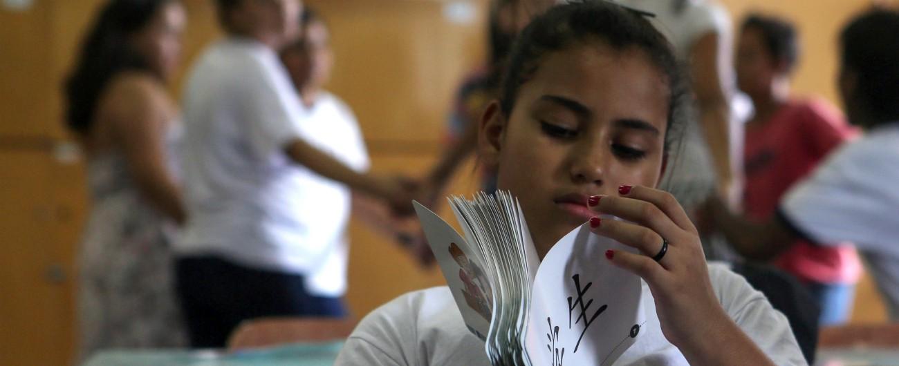 """Brasile, """"via le fonti, stop a temi come la diversità etnica, sì a spot"""": così Bolsonaro ha provato a cambiare i libri di scuola"""