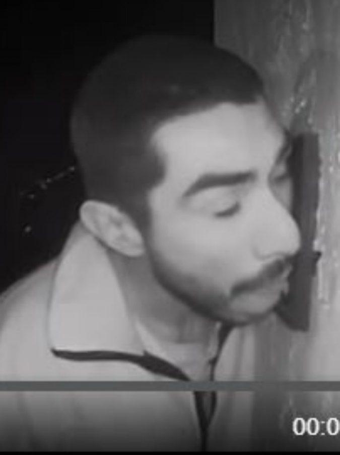 """Il mistero dell'uomo che va in giro a leccare i citofoni: """"È stato attaccato per 3 ore al nostro"""""""