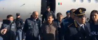 Cesare Battisti, l'ex terrorista scende dall'aereo scortato dai poliziotti: le prime immagini dopo l'atterraggio a Ciampino
