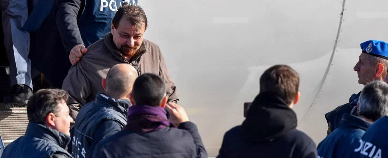 """Cesare Battisti è tornato in Italia: """"Ora so che andrò in prigione"""". Bonafede e Salvini a Ciampino. 'Inchiesta su fiancheggiatori'"""