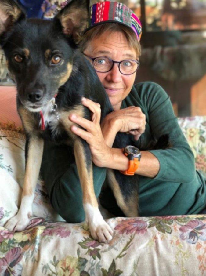 """Susanna Tamaro e il dolore per la cagnolina uccisa da un boccone avvelenato: """"Addio piccolo raggio di luce"""""""