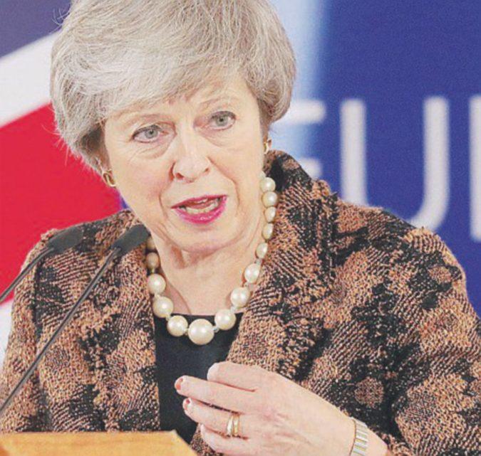 """L'ultima minaccia di Theresa May: """"O questo accordo o si resta in Europa"""""""