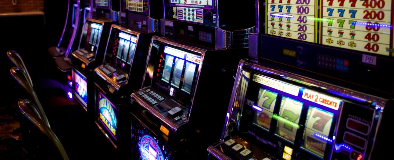 Gioco d'azzardo, la manovra riduce il payout. Così lo Stato aumenta i guadagni (e i danni sociali)