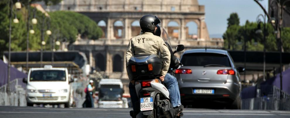 Roma, meno incidenti per moto e scooter. Ma tombini e buche spaventano