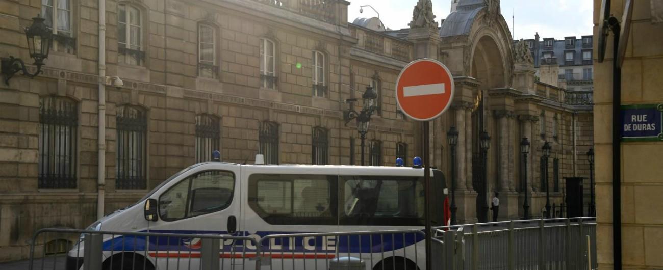 Francia, fermato ex consigliere di Macron Benalla: indagato per l'uso dei passaporti diplomatici dopo il licenziamento