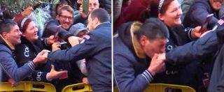 """Afragola, baciamano a Salvini nella città delle 8 bombe in 22 giorni. Dalla folla: """"Non farci pagare più la scorta a Saviano"""""""