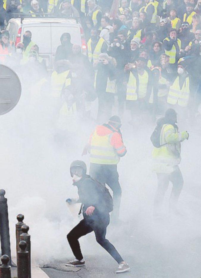 """""""Liberté, égalité, flashball"""". I Gilet gialli contestano ancora governo e polizia"""