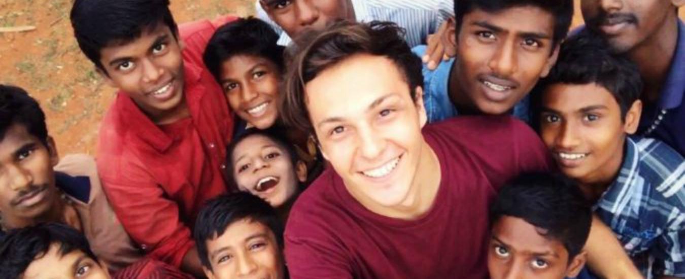 Tra l'India e la Grecia, la missione di Nicolò per i diritti dei bambini