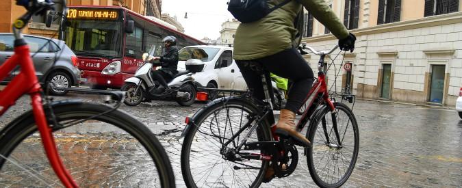 """Roma, il Comune studia bonus per chi usa la bicicletta: """"Un premio per rendere più vivibile la nostra città"""""""