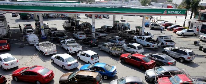 Messico, emergenza furti di combustibile: benzina distribuita con carri cisterna per dribblare i buchi negli oleodotti