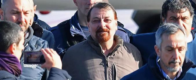 """Cesare Battisti ammette al pm i 4 omicidi per cui è stato condannato: """"Guerra giusta, ma ora chiedo scusa alle vittime"""""""