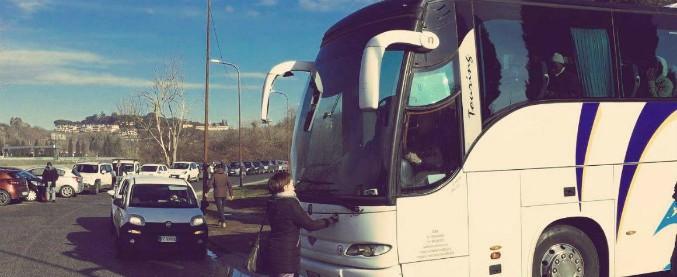 Castelnuovo di Porto, altri 75 migranti pronti a essere trasferiti dal Cara: deputata di Leu si mette davanti al bus