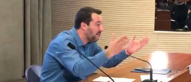 """Migranti, Salvini: """"Prove di contatti tra Ong e trafficanti. Nel 2019 più espulsioni che arrivi"""""""