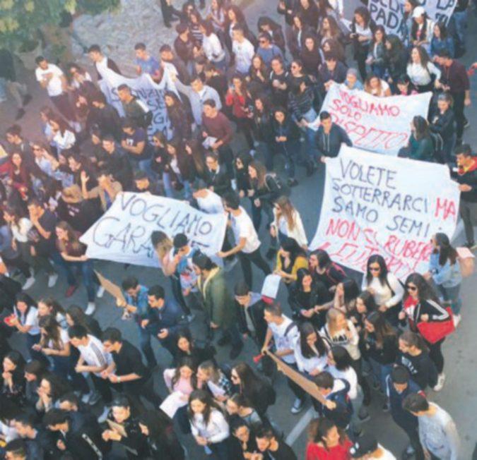 Città in rivolta contro insegnante violenta: rimossa la preside. Attesa la decisione sulla docente