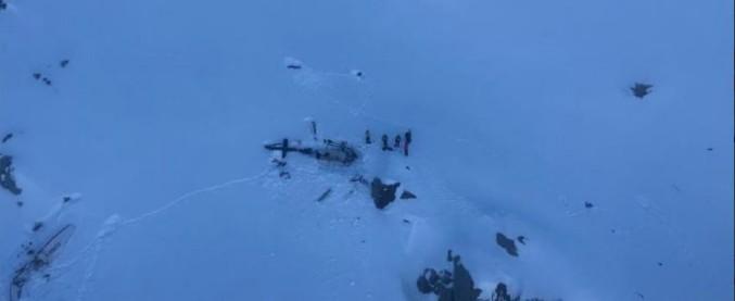 Aosta, scontro tra un aereo da turismo e un elicottero sul ghiacciaio del Rutor: 5 morti e 2 feriti