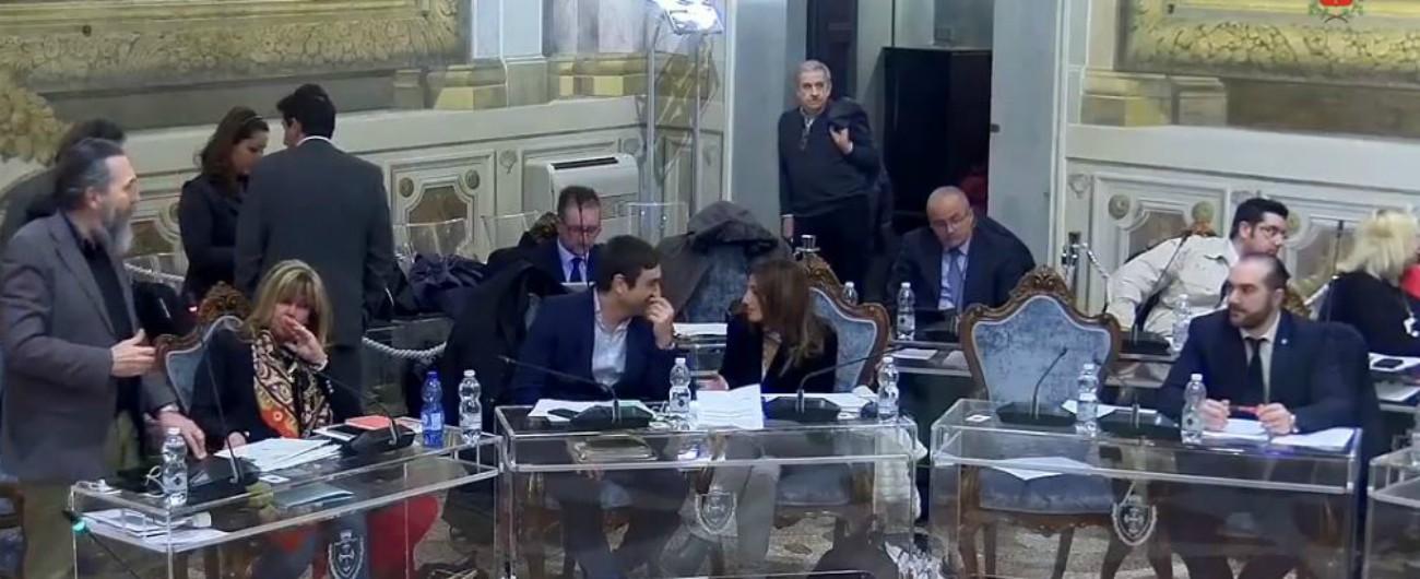 Pisa, resta seduto per il minuto di silenzio per la Shoah: consigliere comunale della Lega espulso (dal presidente della Lega)