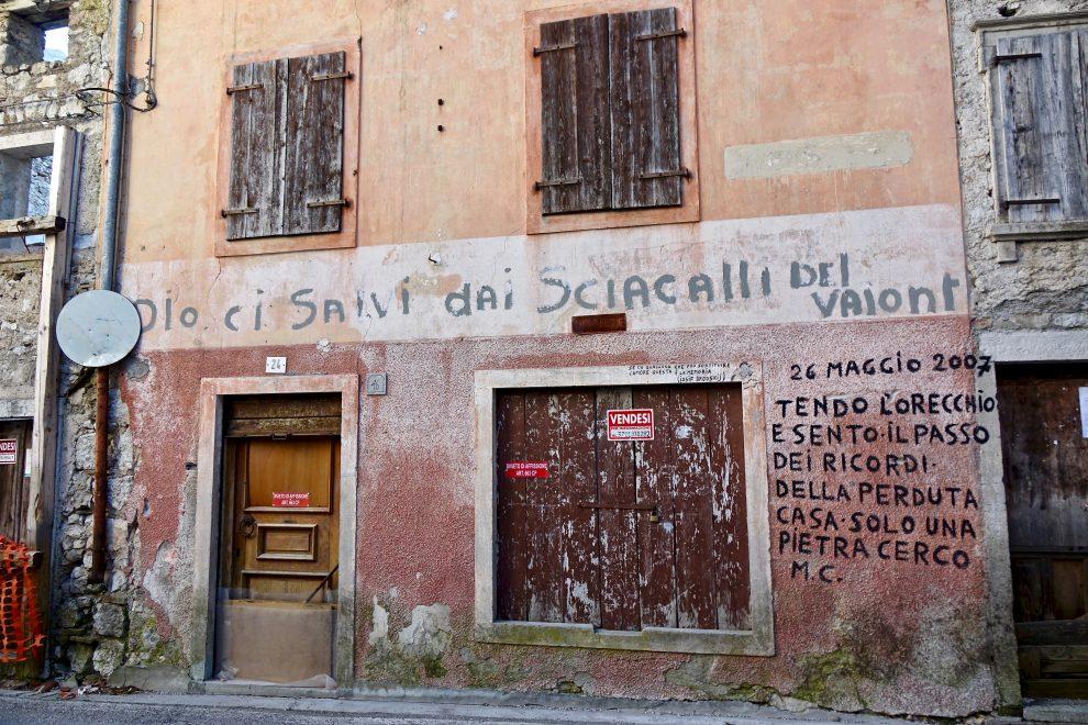 Erto abbandonata-Proteste sui muri