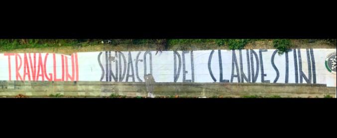 Castelnuovo, al via il piano di accoglienza: insulti a chi decide di aiutare i migranti. Striscione di Casapound contro il sindaco