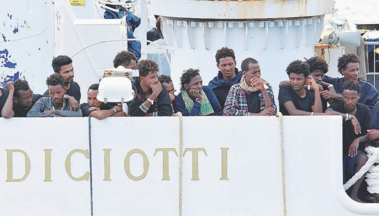 In Edicola sul Fatto del 2 Febbraio: votare sì o no a Salvini? Sei opinioni sul processo al ministro