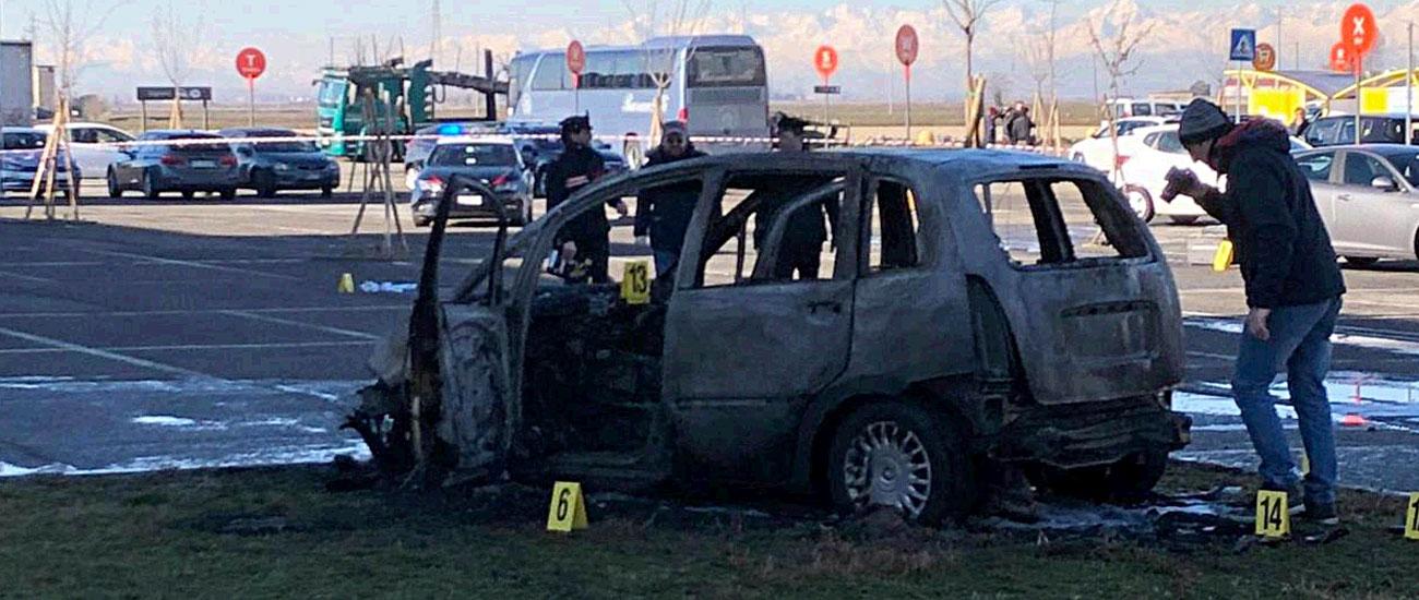 Vercelli, dà fuoco alla macchina dell'ex dopo averla speronata: lei lo aveva già denunciato