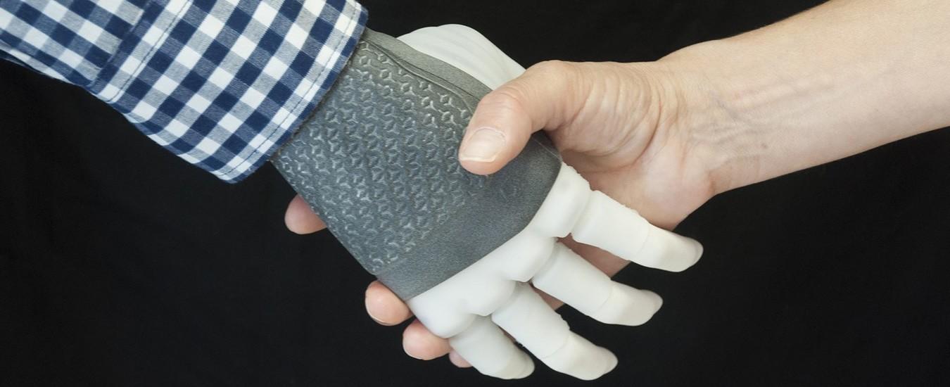 Per la prima volta al mondo una mano robotica dotata di sensibilità è stata impiantata in modo permanente, grazie agli scienziati italiani