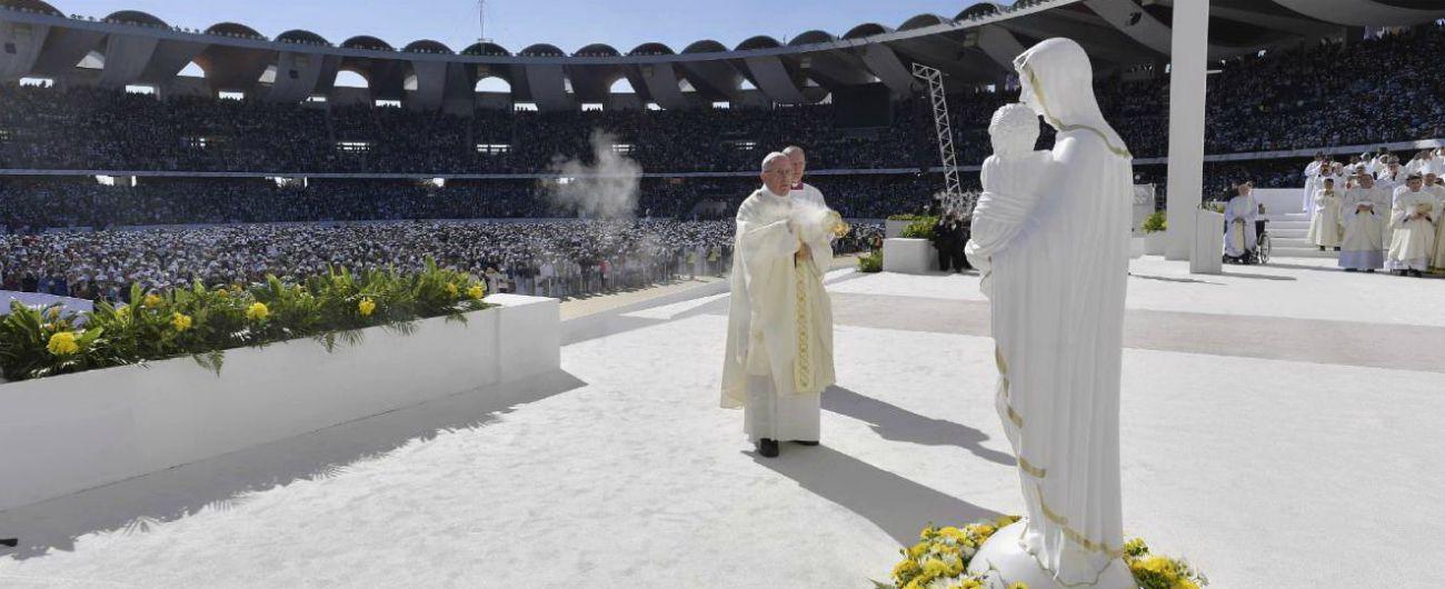 Il Papa celebra la prima messa pubblica nella penisola araba: partecipano migliaia di fedeli e 4mila musulmani