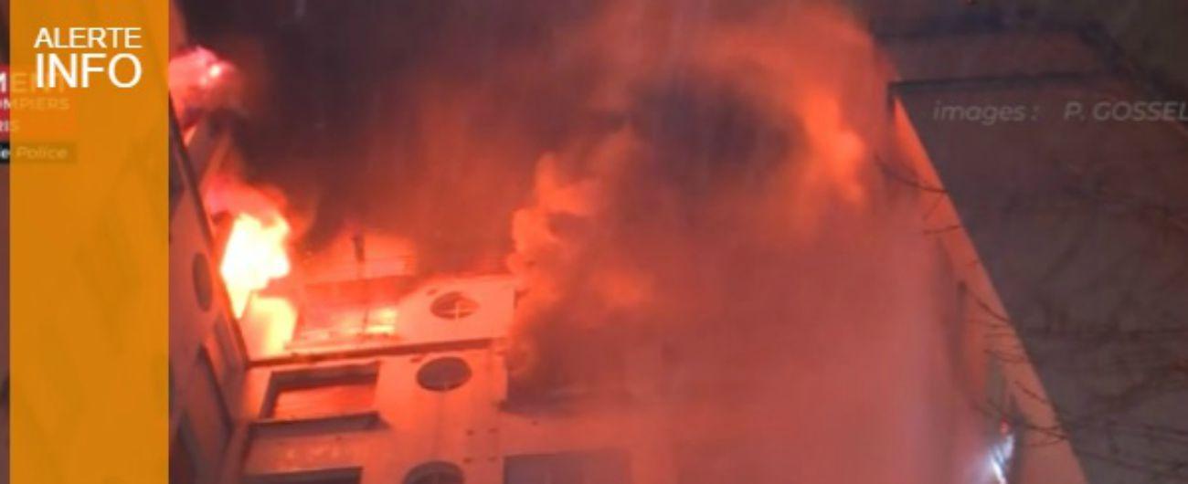 Parigi, incendio a un palazzo di otto piani: almeno 10 morti. Fermata inquilina