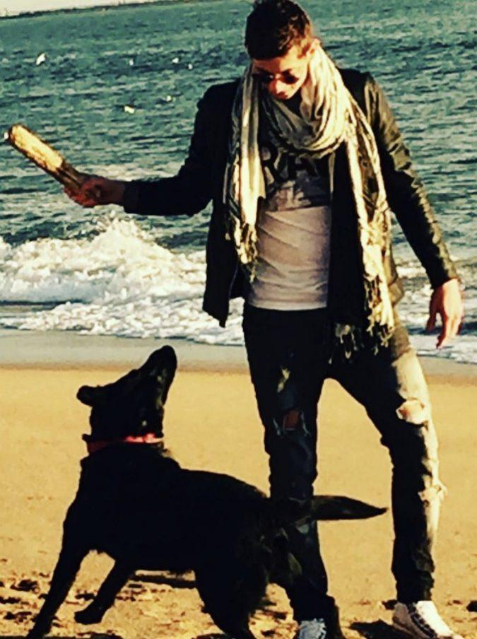 Emiliano Sala, il suo cane Nala lo aspetta ancora davanti alla finestra: la foto commuove il web