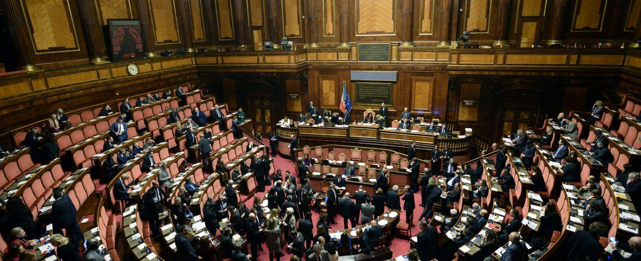 """Taglio dei parlamentari, Senato dà primo ok al ddl: 185 sì e 54 no. Pd e Leu votano contro: """"Così tagliano la democrazia"""""""