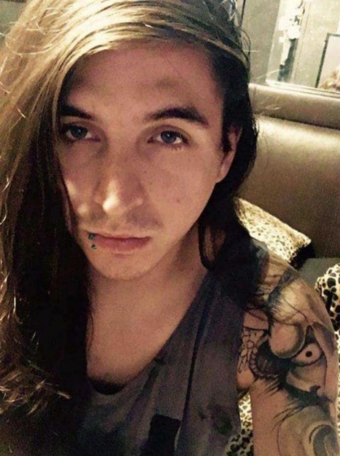 """Muore a 24 anni """"sgozzato"""" dalla sigaretta elettronica: gli è esplosa in bocca"""