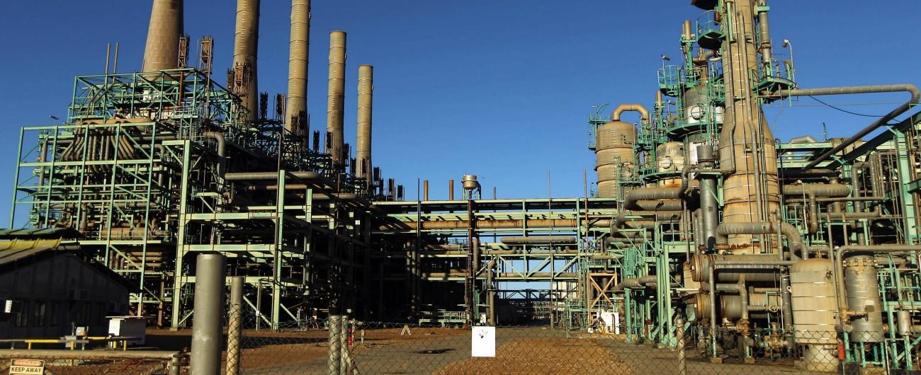 """Francia-Italia, lo scontro vero è sui campi petroliferi in Libia: Haftar, uomo di Parigi, punta ad accerchiare l'""""italiano"""" Al Sarraj"""