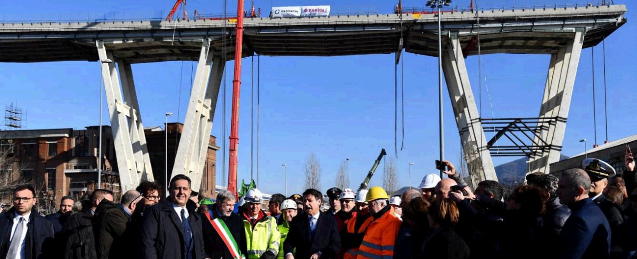 """Ponte Morandi, iniziata la demolizione: smontato segmento di 40 metri.  Toninelli: """"Se manutenuto non avremmo 43 morti"""""""