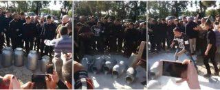 Sardegna, calciatori del Cagliari si uniscono a protesta dei pastori e rovesciano bidoni del latte con la maglia rossoblù
