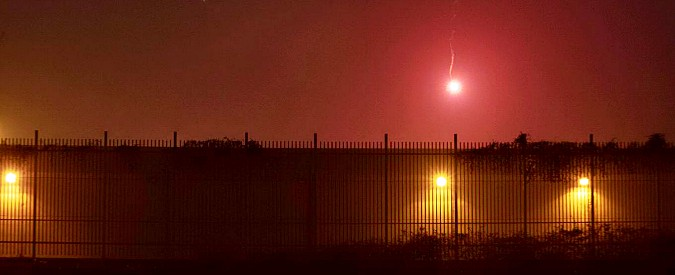 """Torino, nuovi scontri: anarchici lanciano molotov nel carcere, crolla capannone. Questore: """"Asilo era covo di sovversivi"""""""