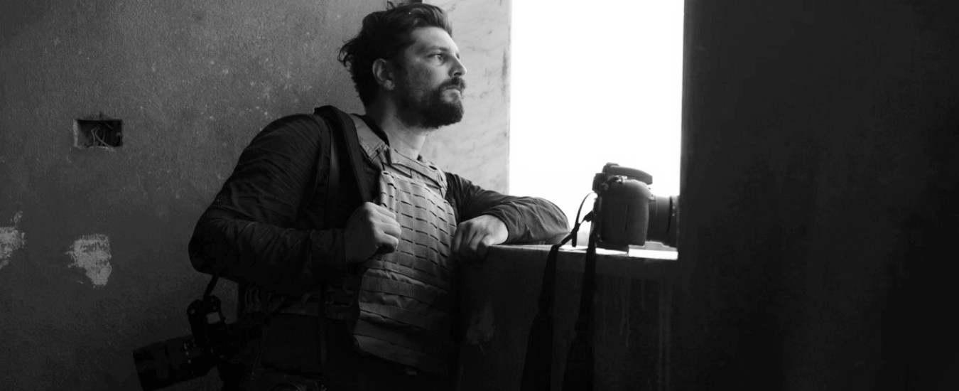 """Siria, il fotografo italiano Gabriele Micalizzi """"gravemente ferito al volto"""". """"Non è in pericolo di vita"""""""