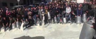 Sardegna, protesta dei pastori in piazza a Nuoro: il sindaco rovescia il latte insieme ai manifestanti