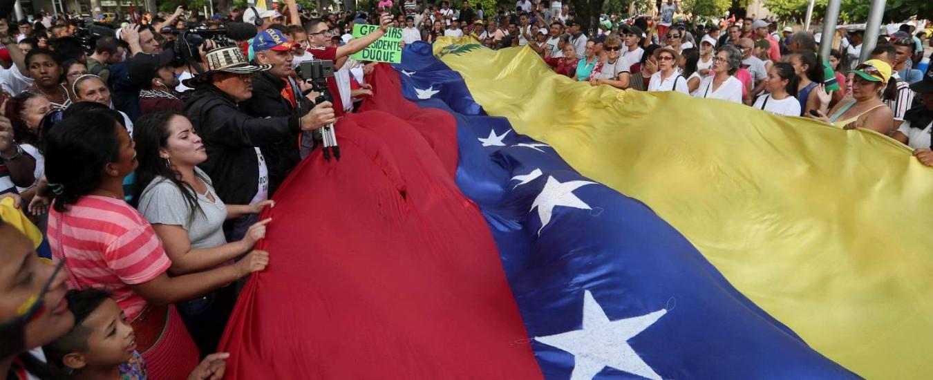 """Venezuela, Russia e Cuba: """"Usa preparano golpe"""". Appello per aiuti umanitari, ma Maduro dice: """"Non servono"""""""