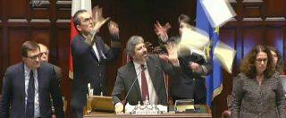 Referendum, D'Ambrosio (M5s) mima il gesto delle manette al Pd. Tensione tra i Dem e Fico: seduta sospesa