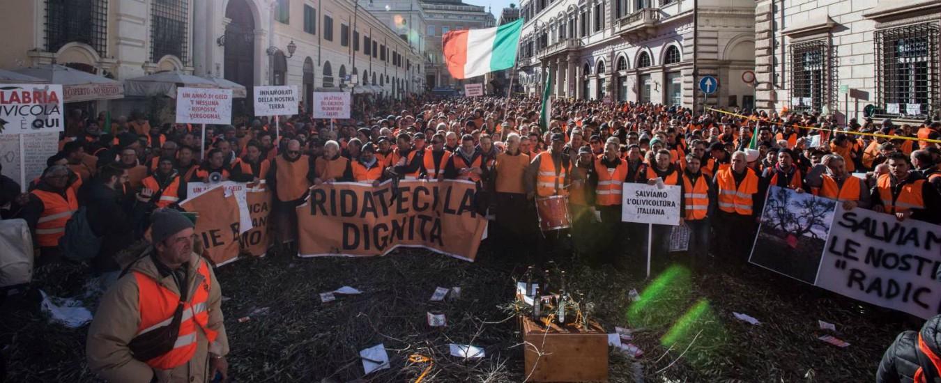 Roma, tensioni alla protesta dei gilet arancioni a Montecitorio: manifestanti insultano presidente della Puglia Emiliano