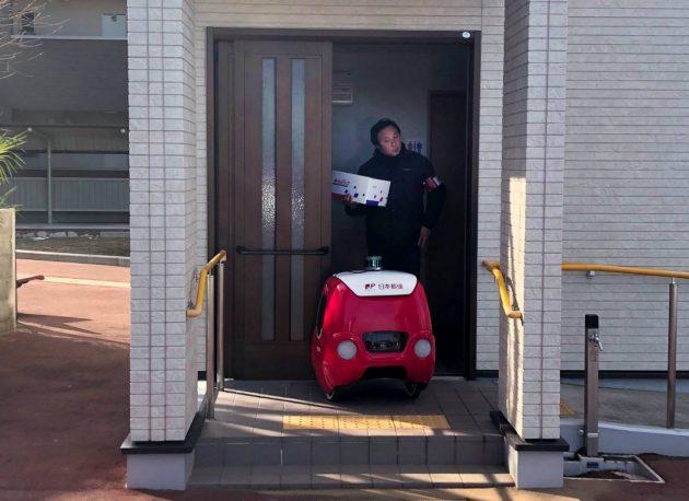 Il postino robot YAPE ideato e realizzato in Italia fa la prima consegna in Giappone