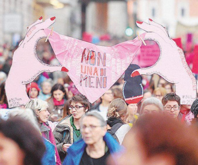 """""""Non chiamatelo amore"""": in Italia ogni 72 ore una donna viene uccisa"""