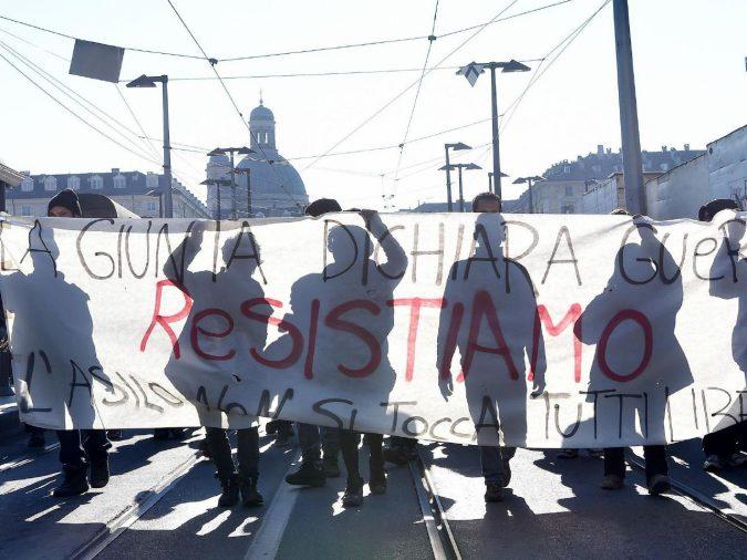 """Gli anarchici di nuovo in borgo Aurora: """"Appendino e 5 Stelle, siete il partito della polizia"""""""