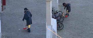 """Pesaro, sindaco cerca la 'spazzina volontaria': """"Voglio premiarla, dà una lezione a tutti noi"""""""